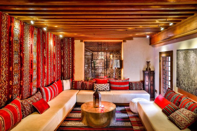 Karawan-Riad-Salon-Berbeere_ViewFromEntranceBright_H-by-Youssef-Ait-Bouskri_DxO-1